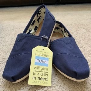 BRAND NEW WITH BOX Women's size 9 navy canvas Toms